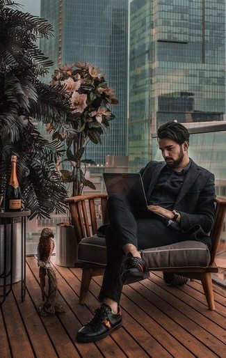 Comment porter une montre en cuir noire: Pour une tenue aussi confortable que ton canapé, harmonise un blazer en laine noir avec une montre en cuir noire. Une paire de baskets basses en cuir imprimées noires apportera une esthétique classique à l'ensemble.