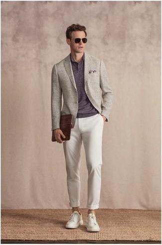 Comment porter des lunettes de soleil marron foncé: Choisis un blazer gris et des lunettes de soleil marron foncé pour une tenue relax mais stylée. Opte pour une paire de baskets basses en toile blanches pour afficher ton expertise vestimentaire.