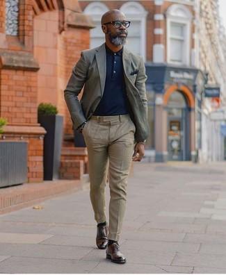 Comment porter: blazer gris, polo bleu marine, pantalon de costume beige, chaussures derby en cuir marron foncé