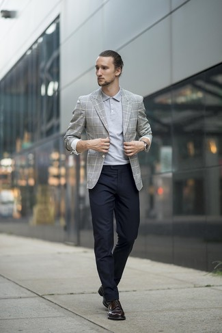 Comment porter: blazer écossais gris, polo gris, pantalon de costume noir, chaussures derby en cuir noires