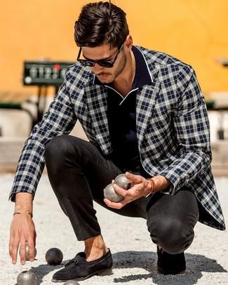 Comment porter un polo bleu marine: Essaie d'associer un polo bleu marine avec un pantalon de costume noir pour achever un look habillé mais pas trop. Une paire de des mocassins à pampilles en daim noirs rendra élégant même le plus décontracté des looks.