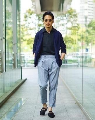 Comment porter des slippers en daim noirs: Associe un blazer bleu marine avec un pantalon de costume bleu clair pour une silhouette classique et raffinée. Une paire de des slippers en daim noirs est une option judicieux pour complèter cette tenue.