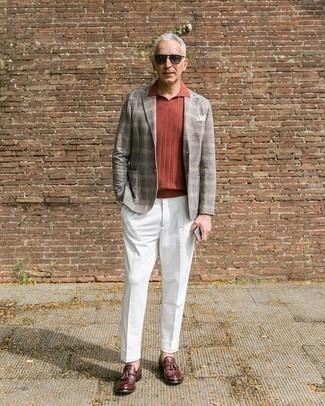Comment porter des mocassins à pampilles en cuir bordeaux: Opte pour un blazer écossais gris avec un pantalon de costume blanc pour une silhouette classique et raffinée. Assortis ce look avec une paire de des mocassins à pampilles en cuir bordeaux.