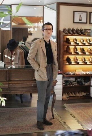 Comment porter des chaussures derby en daim marron foncé: Harmonise un blazer à carreaux marron clair avec un pantalon de costume en laine gris pour un look pointu et élégant. Assortis ce look avec une paire de des chaussures derby en daim marron foncé.