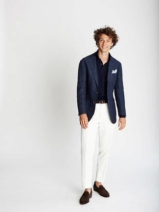 Comment porter un pantalon de costume blanc: Essaie d'associer un blazer bleu marine avec un pantalon de costume blanc pour dégager classe et sophistication. Cette tenue est parfait avec une paire de des slippers en daim marron foncé.