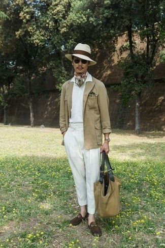 Comment porter un polo blanc: Essaie d'associer un polo blanc avec un pantalon de costume blanc pour prendre un verre après le travail. Jouez la carte classique pour les chaussures et termine ce look avec une paire de slippers en daim marron foncé.