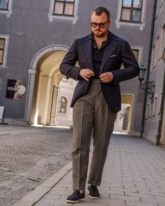 Tendances mode hommes: Pense à opter pour un blazer bleu marine et un pantalon de costume gris pour un look pointu et élégant. Une paire de slippers en daim bleu marine est une option génial pour complèter cette tenue.