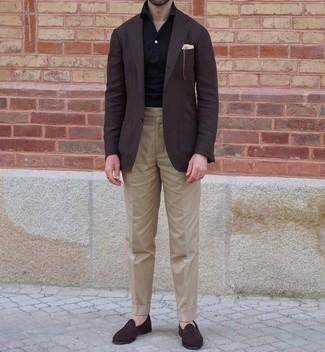 Comment porter un polo noir: Pense à marier un polo noir avec un pantalon de costume marron clair pour achever un look habillé mais pas trop. Complète cet ensemble avec une paire de slippers en daim marron foncé pour afficher ton expertise vestimentaire.