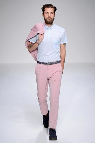 Comment porter: blazer rose, polo bleu clair, pantalon de costume rose, bottines chukka en daim bleu marine