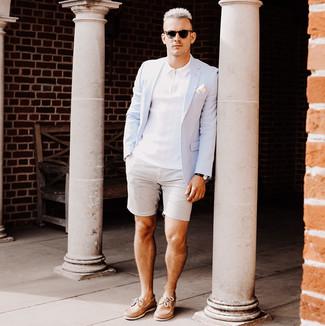 Comment porter: blazer bleu clair, polo blanc, short en seersucker gris, chaussures bateau en cuir marron clair
