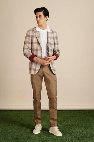 Comment porter un blazer écossais marron: Porte un blazer écossais marron et un pantalon cargo marron clair pour une tenue confortable aussi composée avec goût. Pour les chaussures, fais un choix décontracté avec une paire de des baskets basses en cuir beiges.