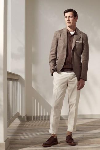 Comment porter des chaussures derby en cuir marron foncé: Essaie d'harmoniser un blazer écossais marron avec un pantalon de costume blanc pour une silhouette classique et raffinée. Complète ce look avec une paire de chaussures derby en cuir marron foncé.