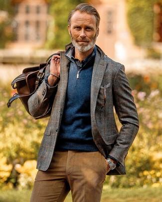 Comment porter: blazer en laine à carreaux gris, pull à col à fermeture éclair bleu marine, chemise à manches longues bleu marine, pantalon chino en velours côtelé marron clair