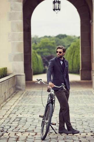 Comment porter: blazer en laine bleu marine, pull à col boutonné bleu marine, chemise de ville en chambray bleu clair, pantalon chino gris foncé