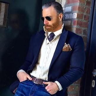 Comment porter: blazer en laine bleu marine, pull à col boutonné en tricot blanc, chemise de ville blanche, jean bleu