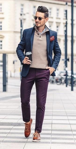 Comment porter: blazer en laine bleu marine, pull à col boutonné beige, chemise de ville à rayures verticales blanc et bleu, pantalon chino pourpre foncé