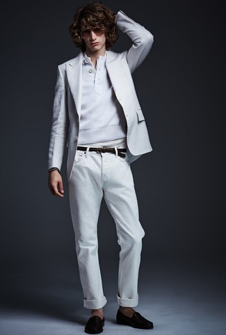 Comment porter: blazer blanc, pull à col boutonné blanc, t-shirt à col boutonné blanc, jean blanc