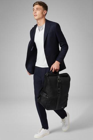 Comment porter: blazer bleu marine, pull à col boutonné blanc, t-shirt à col rond gris, pantalon chino bleu marine