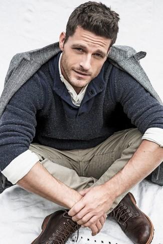 Comment porter: blazer en laine à chevrons gris, pull à col boutonné gris foncé, t-shirt à manche longue et col boutonné blanc, jean marron clair