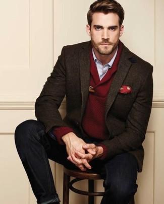 Comment porter: blazer en laine marron foncé, pull à col châle bordeaux, chemise à manches longues bleu clair, jean noir