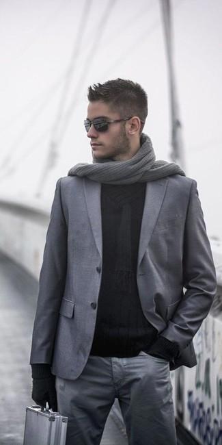 Comment porter: blazer en laine gris, pull à col châle noir, pantalon chino gris, écharpe en tricot grise