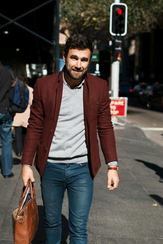 Comment porter: blazer en laine bordeaux, pull à col en v gris, chemise à manches longues grise, jean skinny bleu
