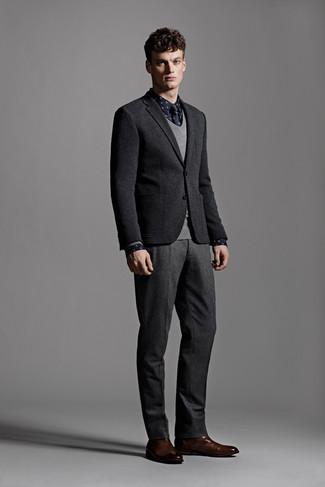 Comment porter: blazer en laine noir, pull à col en v gris, chemise à manches longues á pois bleu marine, pantalon de costume en laine gris foncé