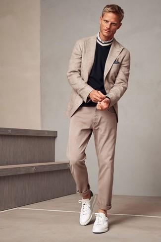 Comment porter: blazer beige, pull à col en v noir, chemise à manches longues blanche, jean beige