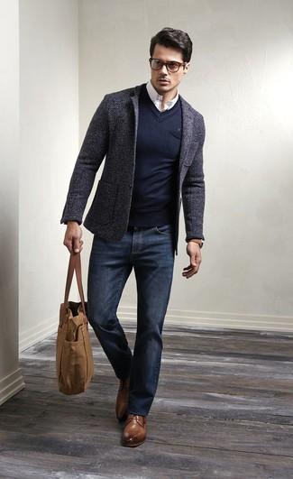 Associer un blazer en laine gris foncé avec un jean bleu marine est une option génial pour une journée au bureau. Une paire de des chaussures derby en cuir brunes est une façon simple d'améliorer ton look.