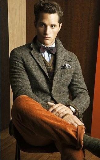 Comment porter: blazer en laine olive, pull à col en v en jacquard marron, chemise à manches longues bleu clair, pantalon chino tabac