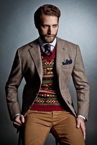 Comment porter: blazer en pied-de-poule marron, pull à col en v en jacquard rouge, chemise à manches longues à rayures verticales blanc et bleu, pantalon chino marron