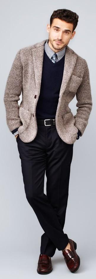 Comment porter un blazer en tricot marron: Quelque chose d'aussi simple que d'opter pour un blazer en tricot marron et un pantalon de costume noir peut te démarquer de la foule. Complète ce look avec une paire de des slippers en cuir bordeaux.