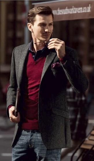 Comment porter: blazer gris foncé, pull à col en v rouge, chemise à manches longues en vichy bleu marine et blanc, jean bleu marine