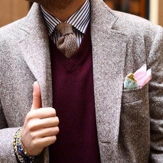 Comment porter: blazer en laine marron, pull à col en v bordeaux, chemise de ville à rayures verticales blanc et bleu marine, cravate en tricot marron