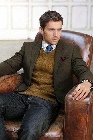 Comment porter: blazer en laine olive, pull à col en v tabac, chemise de ville en vichy blanc et bleu, jean gris foncé