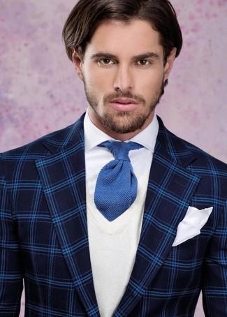 Comment porter: blazer écossais bleu marine, pull à col en v blanc, chemise de ville blanche, cravate en tricot bleue
