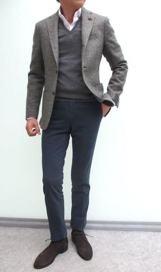 Comment porter: blazer en laine gris, pull à col en v gris, chemise de ville blanche, pantalon chino gris foncé