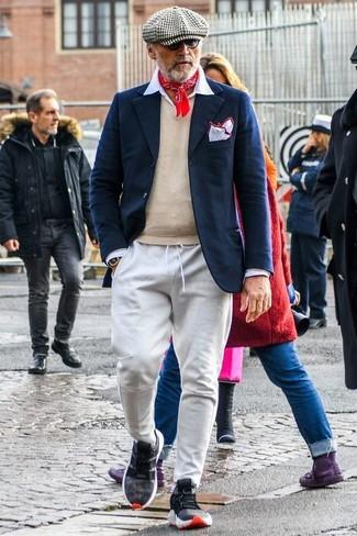 Comment porter: blazer en laine bleu marine, pull à col en v beige, chemise de ville blanche, pantalon de jogging gris