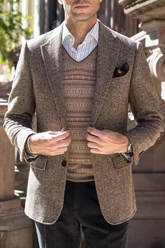 Comment porter: blazer en laine marron, pull à col en v en jacquard marron, chemise de ville à rayures verticales blanche, pantalon de costume en laine noir
