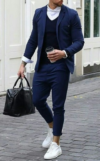 Comment porter: blazer bleu marine, pull à col en v bleu marine, chemise de ville blanche, pantalon chino bleu marine