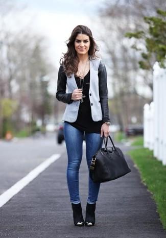 Comment porter des bottines en daim noires: Pense à marier un blazer gris avec un jean skinny bleu pour une tenue confortable aussi composée avec goût. Complète ce look avec une paire de des bottines en daim noires.
