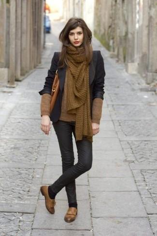 Comment porter: blazer noir, pull à col en v marron, jean skinny en cuir noir, mocassins à pampilles en cuir marron
