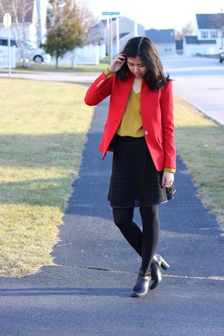 Comment porter: blazer rouge, pull à col en v moutarde, jupe évasée en dentelle noire, bottines en cuir noires