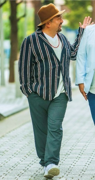 Comment porter un blazer à rayures verticales bleu marine: Essaie d'associer un blazer à rayures verticales bleu marine avec un pantalon chino vert foncé pour un look idéal au travail. Jouez la carte décontractée pour les chaussures et opte pour une paire de des baskets basses en cuir blanches.