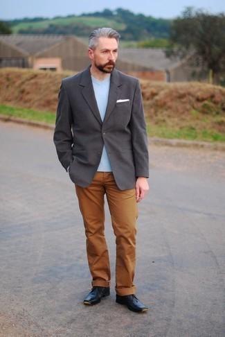 Comment porter des bottines chukka avec un pantalon chino: Associer un blazer gris foncé avec un pantalon chino est une option judicieux pour une journée au bureau. Termine ce look avec une paire de des bottines chukka.