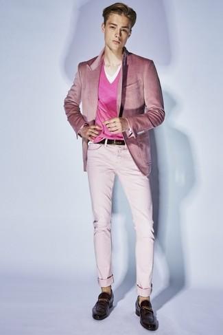 Comment porter: blazer en velours rose, pull à col en v fuchsia, t-shirt à col en v blanc, pantalon chino rose