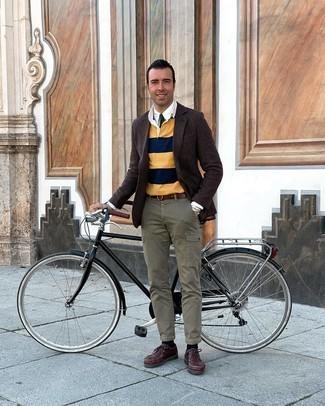 Comment s'habiller après 40 ans: Associe un blazer en laine en pied-de-poule marron foncé avec un pull à col polo à rayures horizontales multicolore pour prendre un verre après le travail.