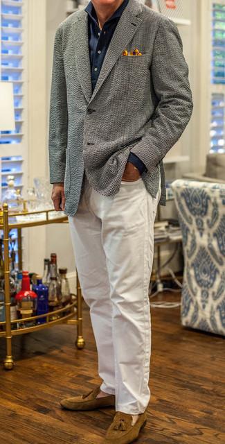 Comment porter des mocassins à pampilles en daim marron: Pour créer une tenue idéale pour un déjeuner entre amis le week-end, essaie d'harmoniser un blazer en laine à carreaux noir et blanc avec un jean blanc. Habille ta tenue avec une paire de mocassins à pampilles en daim marron.