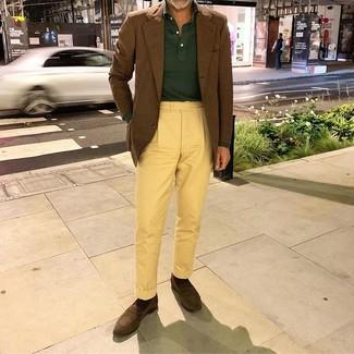 Comment porter un blazer marron: Marie un blazer marron avec un pantalon chino jaune pour créer un look chic et décontracté. Assortis cette tenue avec une paire de des slippers en daim marron foncé pour afficher ton expertise vestimentaire.