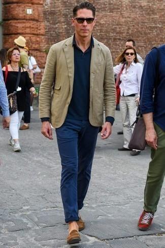 Comment porter des slippers en daim marron: Pense à porter un blazer olive et un pantalon chino bleu marine pour achever un look habillé mais pas trop. Complète cet ensemble avec une paire de des slippers en daim marron pour afficher ton expertise vestimentaire.
